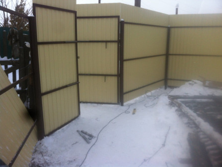 Забор из профлиста с узкими воротами высотой 3метра.